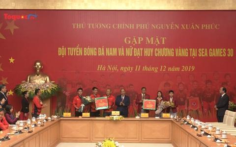 Thủ tướng Nguyễn Xuân Phúc trao thưởng cho hai đội bóng Việt Nam giành thắng lợi trở về