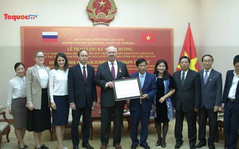 Trao Kỷ niệm chương Vì sự nghiệp VHTTDL cho đại sứ Nga tại Việt Nam