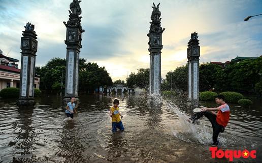 """Người dân Thủ đô thích thú với """"công viên nước"""" bất đắc dĩ trong sân đình"""