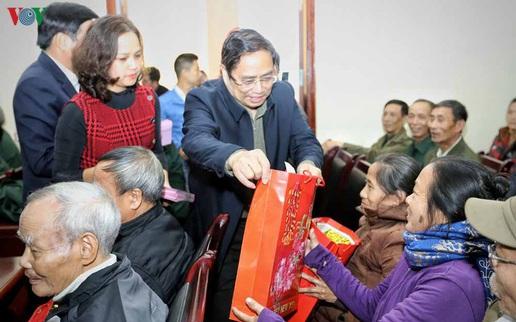 Ông Phạm Minh Chính trao 1.100 suất quà tặng quà hộ nghèo, hộ chính sách tỉnh Điện Biên