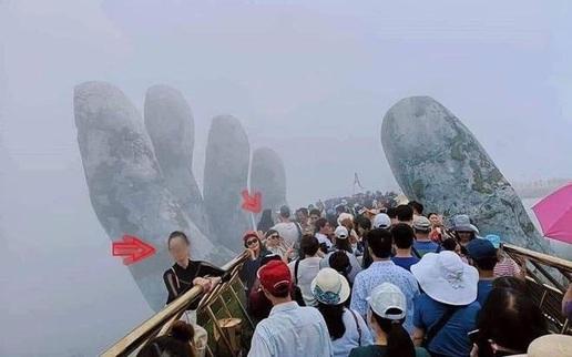 Vụ du khách trèo vào bàn tay trên Cầu Vàng: Bao giờ mới có văn minh du lịch?