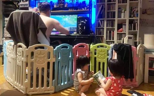 """Nhờ chồng trông 2 con để đi nấu cơm, xong xuôi quay lại nhìn cảnh tượng mà """"giận tím người"""""""