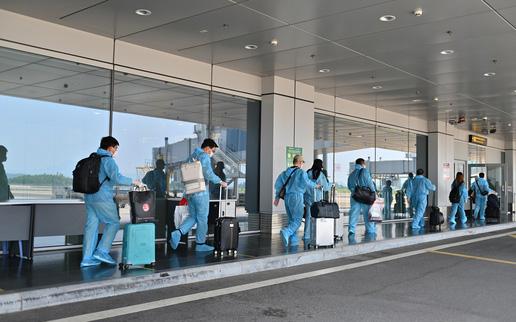 """Hai chuyến bay chở 345 khách có """"Hộ chiếu vắc xin"""" từ Mỹ hạ cánh tại sân bay Vân Đồn"""