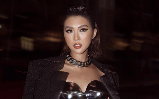 Hoa hậu Tường Linh chịu đau đớn khi mặc áo đúc bằng kim loại, nặng 3kg đi sự kiện