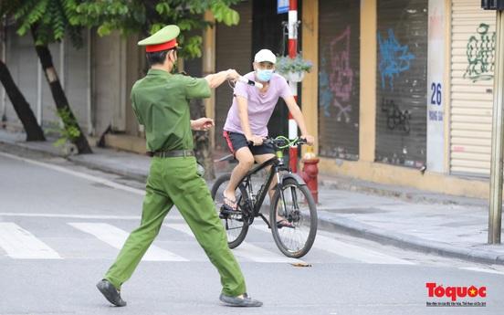 Phớt lờ giãn cách xã hội, người dân Thủ đô vẫn đạp xe, tập thể dục, đi bơi sông Hồng
