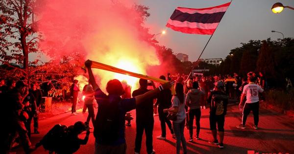 CĐV Thái Lan hò hét, đốt pháo sáng bên ngoài sân Mỹ Đình
