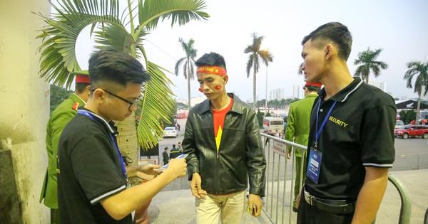 Việt Nam vs Thái Lan: Xuất hiện vé giả, an ninh thặt chặt công tác kiểm soát vé