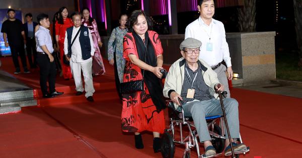 Nghệ sĩ gạo cội dìu dắt nhau hội ngộ trong lễ bế mạc LHP Việt Nam lần thứ XXI