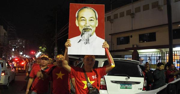 """CĐV Việt Nam nhuộm đỏ phía bên ngoài """"chảo lửa"""" Rizal cổ vũ các"""
