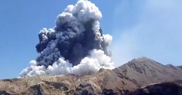 Núi lửa phun trào trong khi vẫn còn 100 du khách tham quan