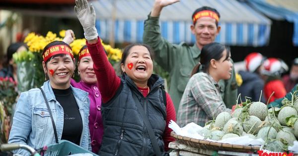 """Tiểu thương chợ Đồng Xuân vừa bán hàng vừa tranh thủ """"lên đồ"""" cổ vũ U22 Việt Nam"""