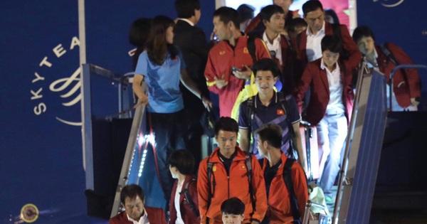 Cận cảnh các cầu thủ U22 Việt Nam và ĐT nữ Việt Nam đặt chân xuống sân bay Nội Bài