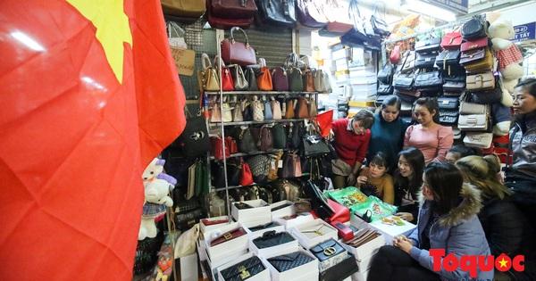 Hà Nội: Tình yêu bóng đá mãnh liệt của những tiểu thương khu chợ hơn trăm tuổi