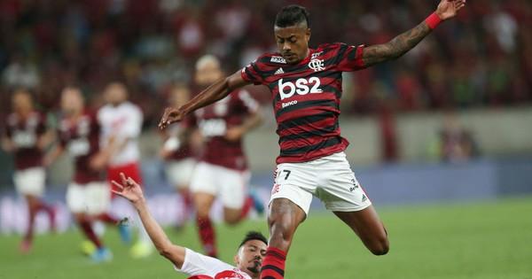 Tốc độ siêu thanh lần nữa xuất hiện trong bóng đá với pha biểu diễn ngoạn mục của tiền đạo Brazil