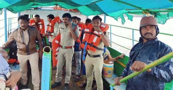 Tàu thủy chở khách du lịch bị lật trên sông khiến 12 người thiệt mạng