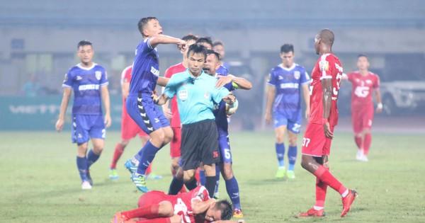 Trọng tài mắc lỗi, HLV trưởng B.Bình Dương phản ứng dữ dội sau trận đấu