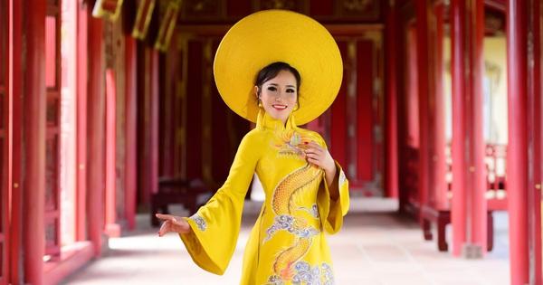Người phụ nữ Huế ''níu chân'' du khách bằng những tà áo dài