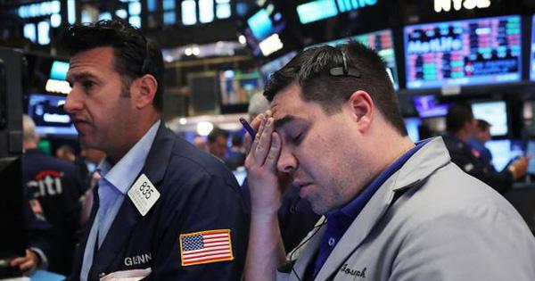 Số ca nhiễm Covid-19 chạm mức kỷ lục, Dow Jones mất hơn 700 điểm