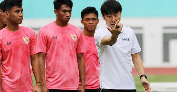 """Đối thủ của HLV Park Hang-seo """"đuổi thẳng cổ"""" 2 học trò vì hành vi trốn đội đi chơi đêm"""