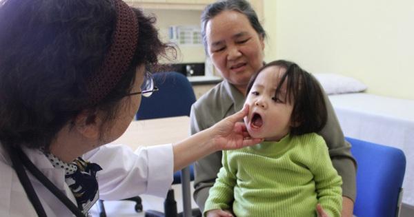 """Hà Nội những ngày thời tiết """"4 mùa"""": Trẻ em ốm sốt, nghỉ học hàng loạt khiến phụ huynh đau đầu"""