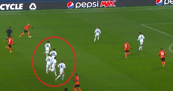 Cầu thủ Real Madrid đứng túm tụm giữa sân nhìn Shakhtar mở tỷ số
