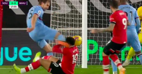 Rợn người tình huống hậu vệ West Ham sút thẳng vào đầu đối thủ
