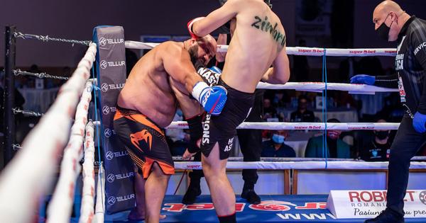 Bị ghép cặp đấu với người khổng lồ có cân nặng áp đảo, võ sĩ vẫn có màn thể hiện ấn tượng buộc đối thủ phải lắc đầu xin thua