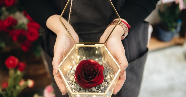 """Mãn nhãn với những mẫu hoa hồng nhập khẩu xa xỉ cực hot vào Valentine năm nay, dù giá đã tăng gấp 3 - 4 lần ngày thường nhưng """"các bạn nam vẫn chi rất mạnh tay"""""""