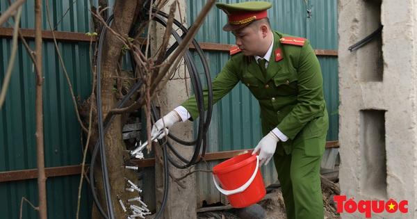 Lực lượng chức năng phường Phương Mai dọn dẹp kim tiêm, xi lanh sau phản ánh của Báo điện tử Tổ Quốc