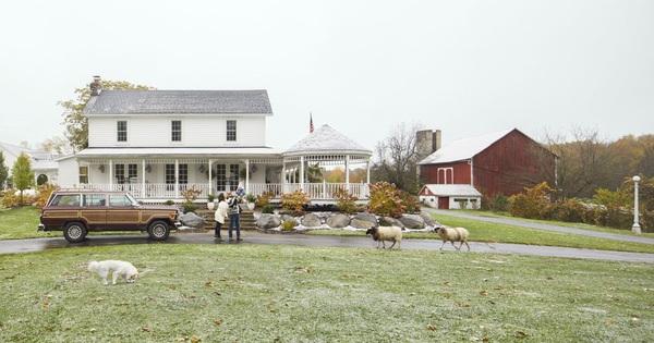 Gia đình trẻ sống hạnh phúc trong ngôi nhà màu trắng, xung quanh là cây cỏ xanh tươi đẹp như giấc mơ