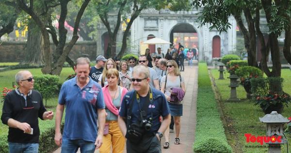 Hà Nội: kiểm soát dịch Covid - 19 tốt, du khách nước ngoài dần thoải mái dạo phố ngắm cảnh
