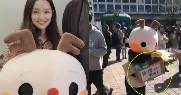 Cô gái Trung Quốc xinh đẹp và hành động đẹp giữa đường phố Nhật Bản, điều đặc biệt là dòng chữ ghi trên thùng khẩu trang được phát miễn phí