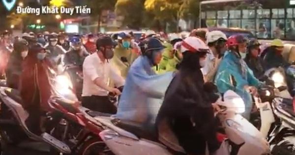 VIDEO: Hà Nội mưa lớn giờ tan tầm, nhiều tuyến đường tắc nghiêm trọng, người dân ''trèo'' vỉa hè hối hả về nhà