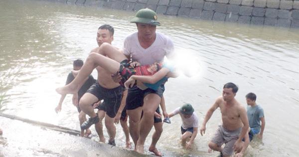 Rủ nhau xuống hồ nuôi tôm tắm, 2 anh em ruột đuối nước thương tâm