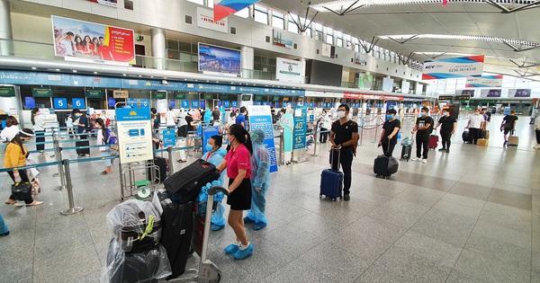 Du khách rời Đà Nẵng về Hà Nội: