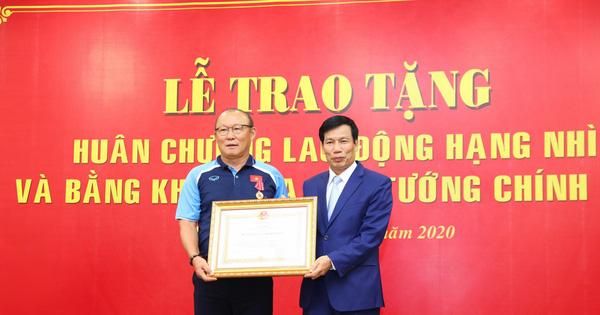 Ông Park Hang-seo trở thành HLV nước ngoài đầu tiên trong lịch sử bóng đá Việt Nam nhận Huân chương Lao động hạng Nhì