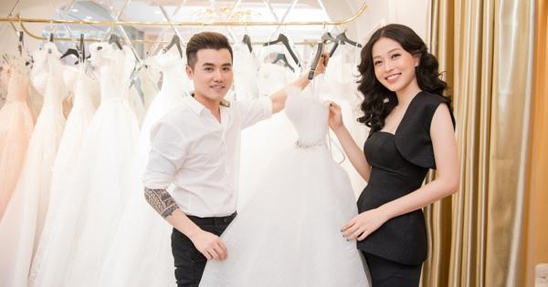 """Á hậu Phương Nga được """"phù thủy trang điểm"""" John Kim tư vấn váy cưới"""
