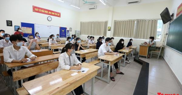 Các thí sinh bắt đầu thi tốt nghiệp THPT: Vừa thi vừa...