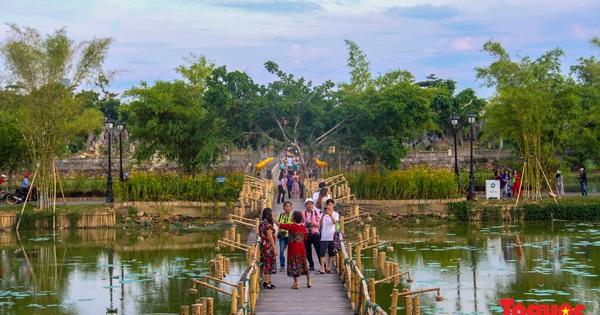 Vườn ngự uyển bên Đại Nội Huế hút khách sau khi được chỉnh trang