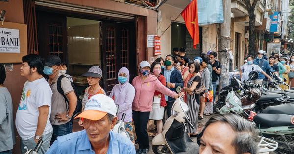 Đến hẹn lại lên: Người Hà Nội kiên nhẫn xếp hàng dài đợi mua bánh Trung thu Bảo Phương