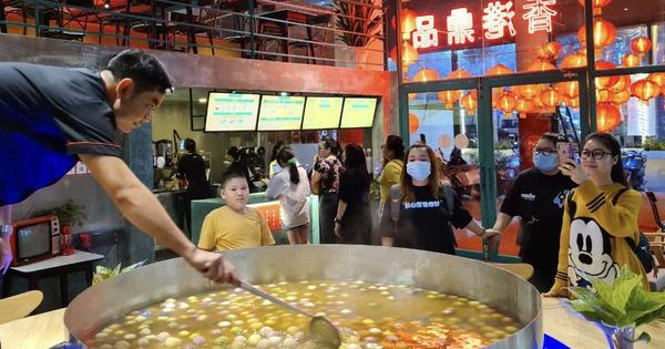 Giới trẻ Sài Gòn rủ nhau check-in ''nồi chè siêu to khổng lồ'', giúp trẻ em nghèo vui Trung Thu