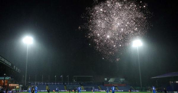 Trận đấu ở FA Cup bị tạm dừng để cầu thủ West Ham và trọng tài xem pháo hoa