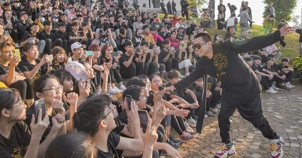 Wowy đắt show sau Rap Việt, trình diễn cực máu lửa trước hàng nghìn sinh viên