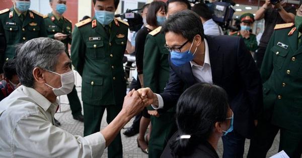 Phó Thủ tướng Vũ Đức Đam thăm các tình nguyện tiêm thử nghiệm vaccine COVID-19 - quE1BAA3ng20cC3A1o20pqa20lE1BBABa20C491E1BAA3o