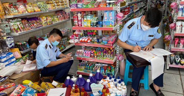 Thu giữ hơn 400 sản phẩm nhập lậu tại cửa hàng