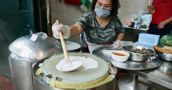 Hàng bánh cuốn nổi tiếng Hà Nội bán cả trăm suất mang về mỗi ngày giữa mùa dịch