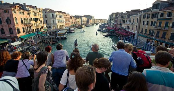 Venice có thể phạt khách tới 13 triệu VNĐ vì ngồi sai nơi quy định