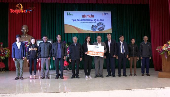 1.500 suất bảo hiểm tai nạn hộ gia đình được trao cho người dân Hà Tĩnh