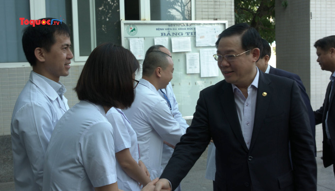 Bí thư Thành ủy Hà Nội Vương Đình Huệ thăm và chúc mừng các y, bác sĩ BVĐK Đức Giang