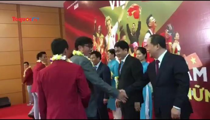 Bộ trưởng Nguyễn Ngọc Thiện tặng hoa chúc mừng các cầu thủ Olympic Việt Nam